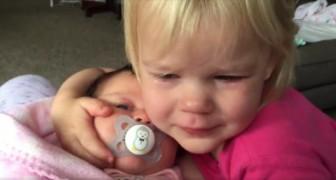 A menina acorda chorando, mas veja o que ela faz quando vê a mãe com a irmãzinha