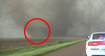 Filmano un tornado a distanza ravvicinata: la sua potenza fa venire la pelle d'oca