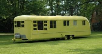 Hij heeft een caravan uit de jaren '50 gekocht en gerestaureerd: als je hier binnentreedt, lijkt het alsof je terug in de tijd bent gestapt!