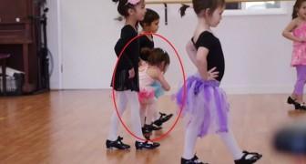 Une petite essaie de suivre les cours de danse : sa ténacité vous étonnera !