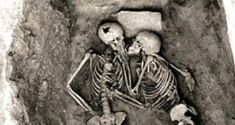L'aspect romantique de l'archéologie : le baiser qui dure 2 800 ans fascine toujours le monde