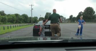 L'agente fa mettere l'automobilista in ginocchio: una perquisizione? Tutt'altro!