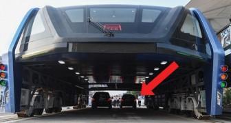 L'autobus che passa sopra le auto è divenuto realtà: ecco a voi questo gioiello di tecnologia!