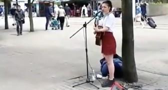 Han närmar sig en  gatuartist: när hon känner igen honom så lyckas hon inte hålla tillbaks känslorna!