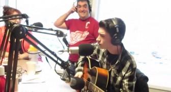 Va in radio a cantare un classico di Elvis, ma appena apre bocca restano tutti di stucco