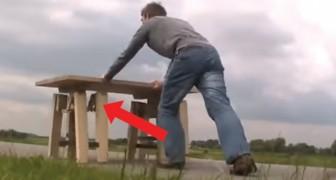 Om de genialiteit van deze tafel te begrijpen moet je er tegenaan duwen: kijk goed naar de poten!