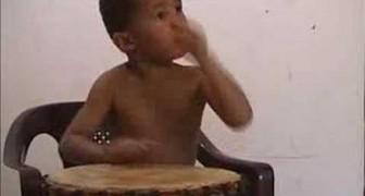Un piccolo genio con il tamburo
