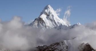 Ein Hubschrauber erreicht den Mount Everest und filmt in HD: hier das Dach der Welt