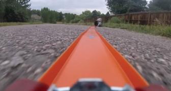 En man sätter fast en GoPro på en leksaksbil: vilken runda!