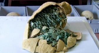Scavano per realizzare condotte idrauliche e scoprono un tesoro romano del III secolo