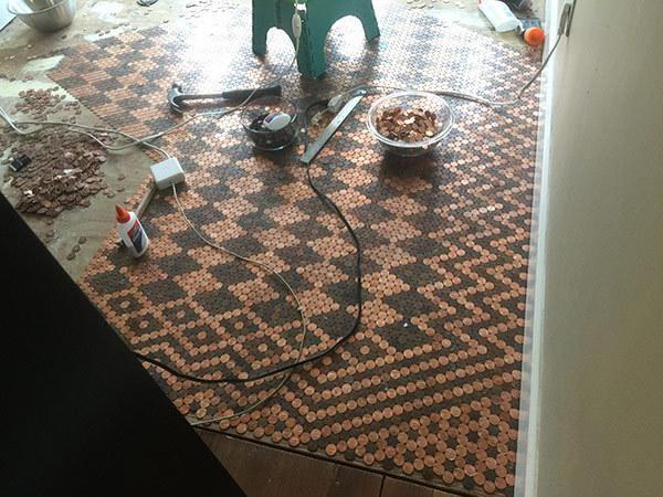 Fußboden Aus 5 Cent ~ Er klebt 15.000 pfennigstücke auf den boden. das resultat ist