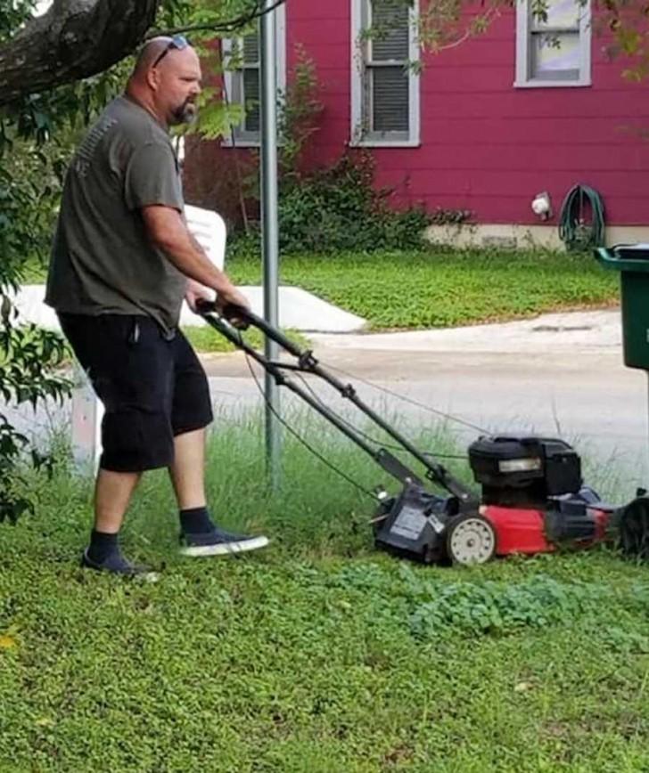 un homme tond la pelouse de son ex femme quand les. Black Bedroom Furniture Sets. Home Design Ideas