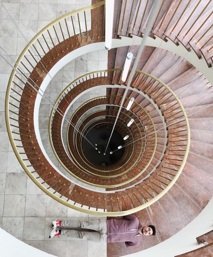 Unglaubliche Brünette Macht Es Sich Auf Der Treppe