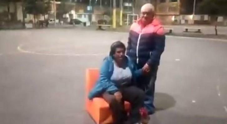 Frivoles Paar fickt mitten auf der Strasse