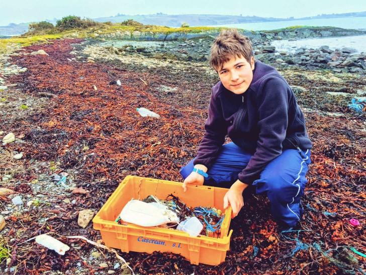 Un ragazzo di 18 anni scopre un modo per eliminare le microplastiche dall'acqua e vince 50.000 dollari