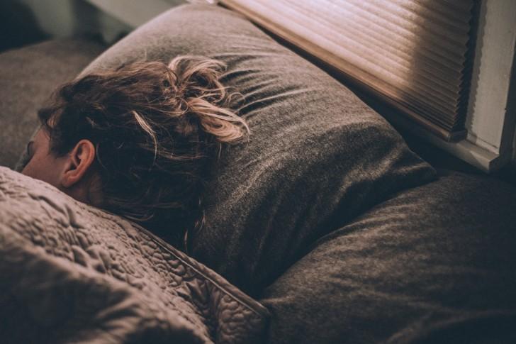 Frauen schlafen neben einem Hund besser als neben einem