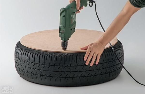 Fissa una tavola di legno sullo pneumatico. il risultato? perfetto