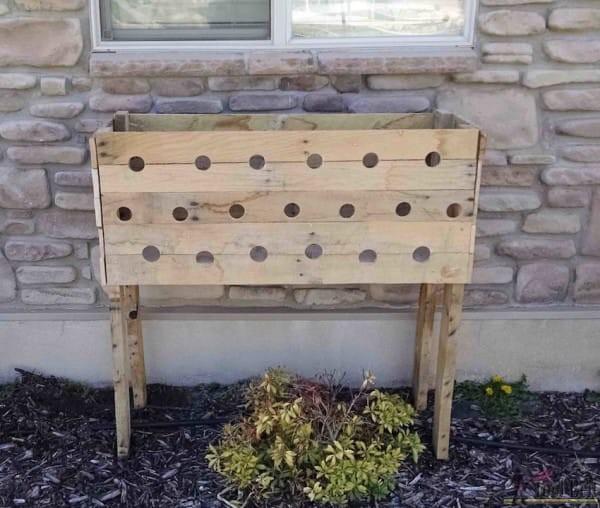 elle fait 19 trous sur le c t d 39 une jardini re en bois 5 mois apr s elle va profiter du. Black Bedroom Furniture Sets. Home Design Ideas