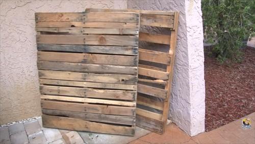 Come Costruire Un Dondolo Di Legno.Un Uomo Vi Mostra Come Costruire Un Dondolo Da Giardino