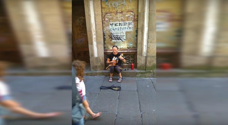 Siede su un marciapiede e canta l'Ave Maria: l'esibizione è... DIVINA!