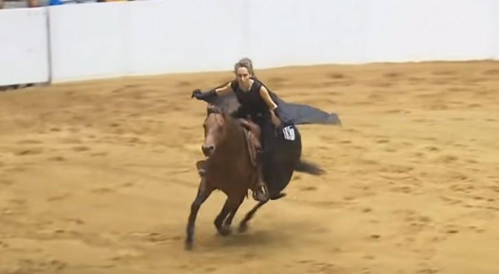 Competição de equitação sem freios: a sintonia entre amazona e cavalo deixa todos encantados