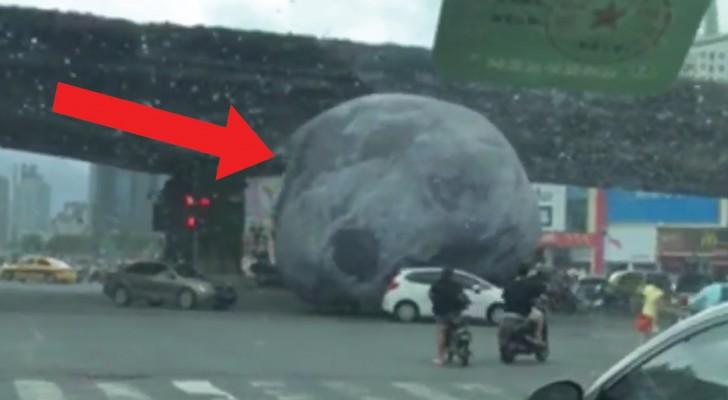 Ein geheimnisvoller Gegenstand fällt auf die Autofahrer: Panik bricht aus!