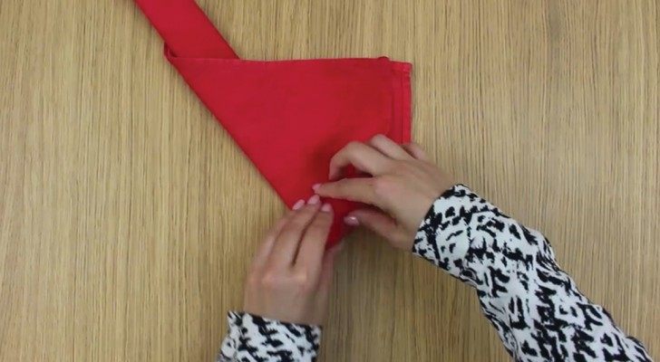 Elle prend une serviette et crée en quelques secondes une décoration qui va surprendre vos invités