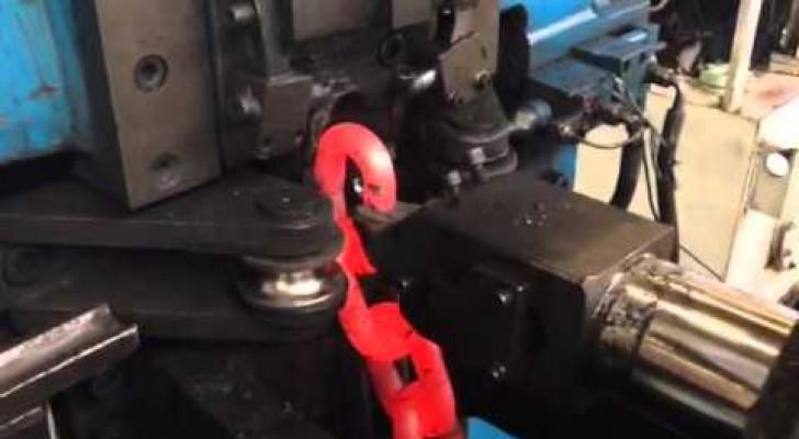 De charme van industriële processen: hier zie je hoe een grote ketting wordt gesmeed!