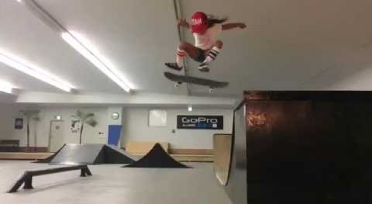 Imbraccia lo skate e si lancia sulla pista: le acrobazie di questa bambina sono mozzafiato!
