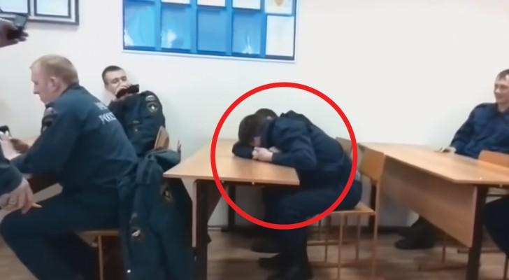 O aluno da escola de bombeiros está dormindo na aula: o professor encontra um castigo divertido!