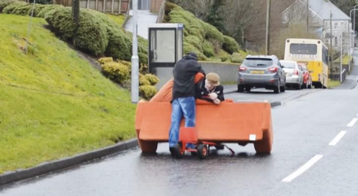 2 hombres embriagados intentan de transportar un divan: la tarea es para disfrutarla toda!