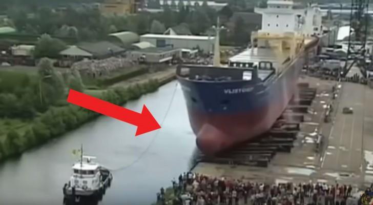 Heb je ooit de lancering van een enorme boot gezien? Het is letterlijk... overweldigend!