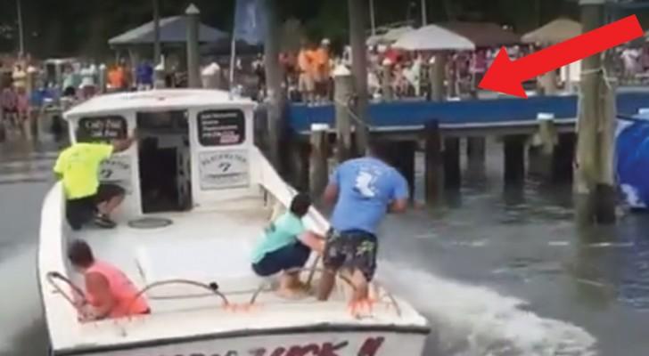 L'abilità con cui quest'uomo PARCHEGGIA la barca è impressionante