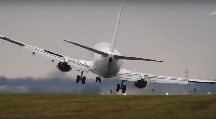 A Boeing 737 makes a risky crosswind landing!