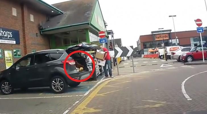 Hij komt uit de supermarkt lopen en opent de kofferbak: wat er vervolgens uit zijn kofferbak komt zetten, blaast hem zowat omver!