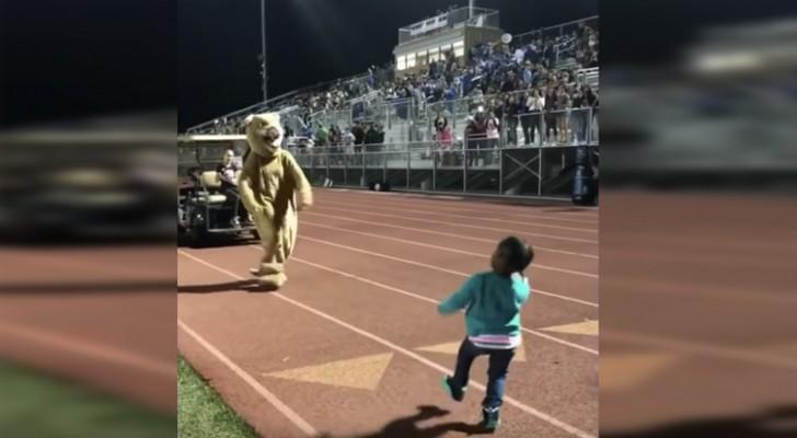 Ze begint te dansen, maar als de mascotte zich bij haar aansluit gaat het publiek helemaal uit zijn dak!