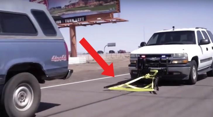 Il s'approche de la voiture en fuite et l'accroche avec une méthode BRILLANTE!