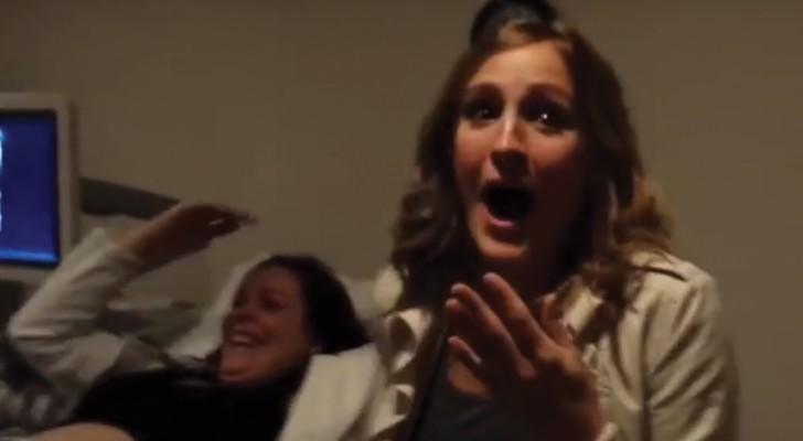 Acompaña a la hermana a una ecografia normal pero luego descubre que la sorpresa es PARA ELLA!