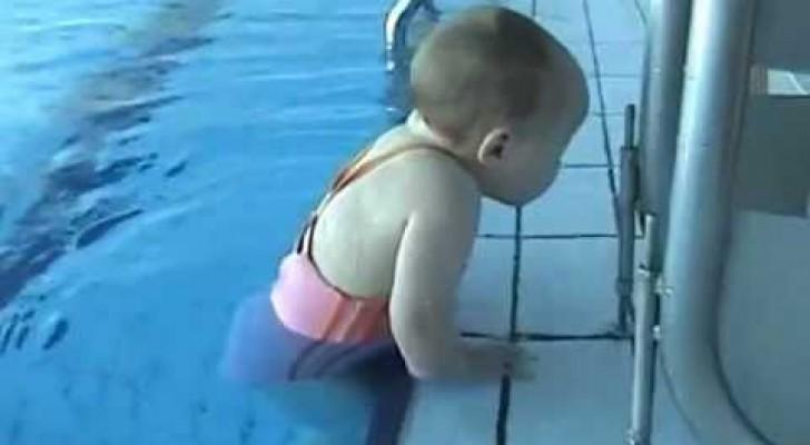 La bambina che impara a nuotare