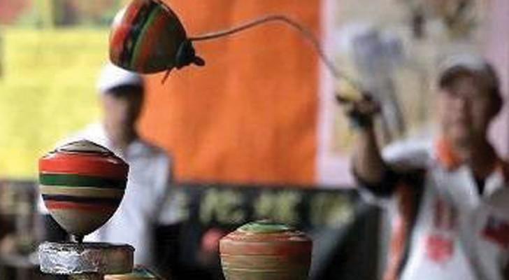 Le jeu de la toupie chinoise: cette compétition spectaculaire est bluffante!