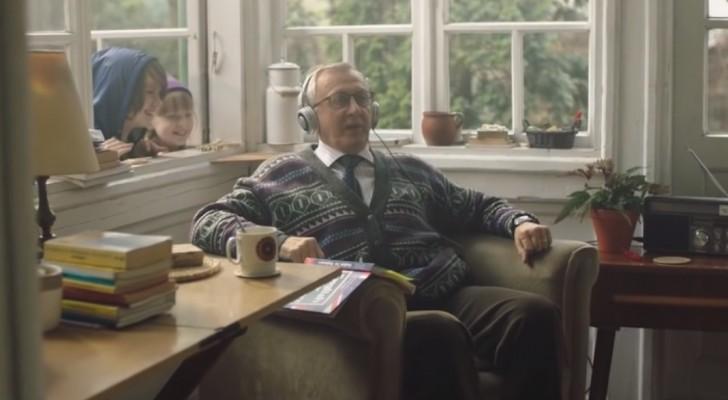 Il nonno che impara l'inglese: ecco il più simpatico e sorprendente spot di Natale