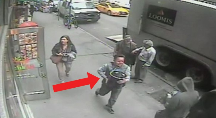 Cet homme vole un seau d'un camion ... Mais il ne sait pas qui est plein D'OR!