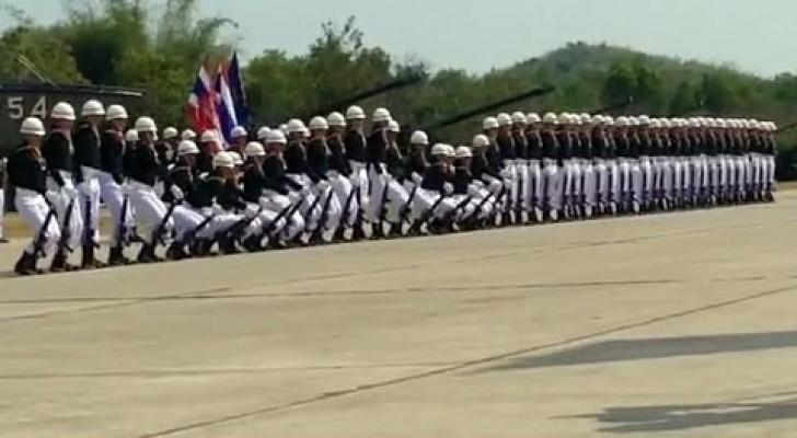 Questi soldati si esibiscono in una parata militare UNICA nel suo genere
