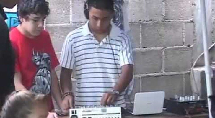 Un deejay bravo suona anche senza mixer