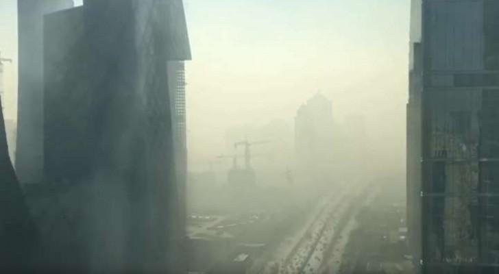 Aus seinem Büro filmt er die Umwandlung der Stadt: was in wenigen Sekunden passiert ist beängstigend