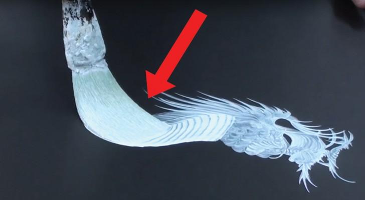 Er zeichnet den Drachenkörper ohne dabei den Pinsel vom Blatt zu heben: diese Technik ist erstaunlich!