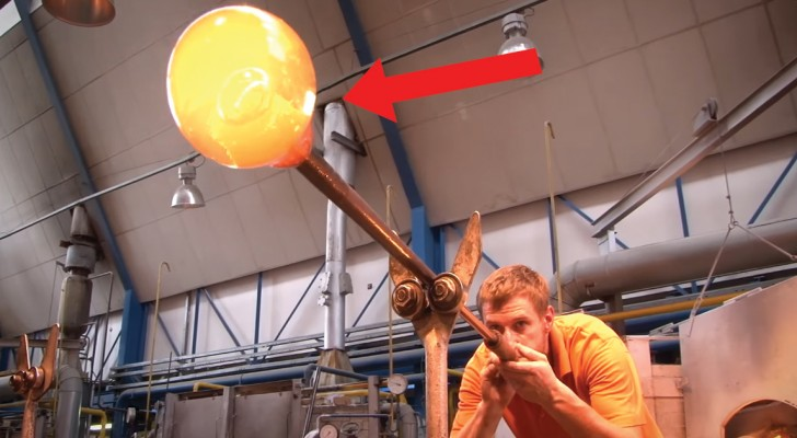 Il commence par souffler le verre à travers le tuyau : ce qu'il crée est un chef-d'œuvre !