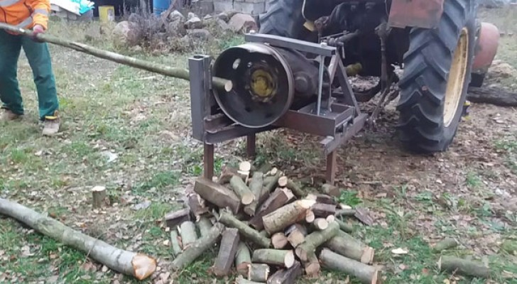 Questo macchinario per tagliare la legna è un po' troppo artigianale ma... Funziona!