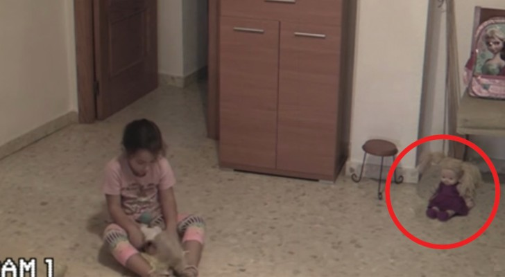 Sie filmen das Mädchen beim Spielen: achtet auf die Puppe, die vor dem Stuhl sitzt