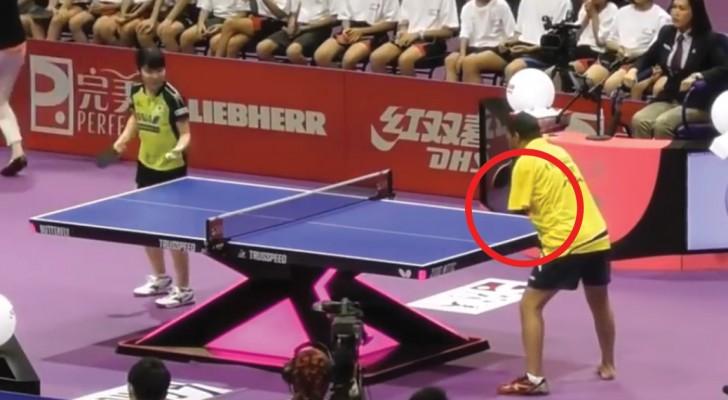 Il joue au tennis de table même sans bras : le défi entre les deux est très serré!
